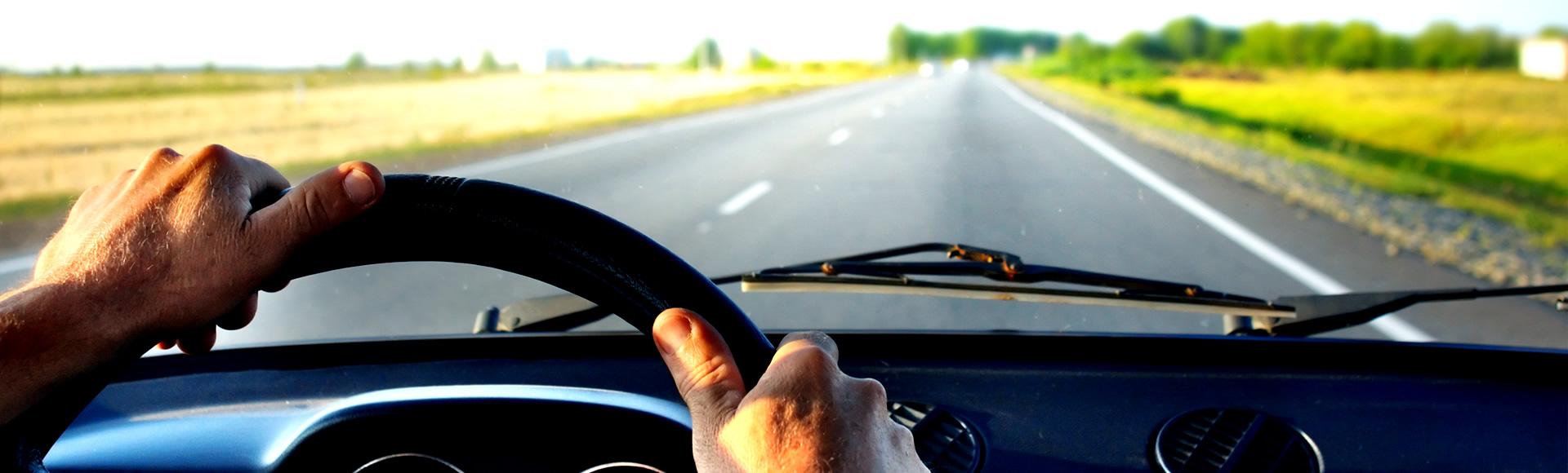 Fotografia di un automobilista che guida